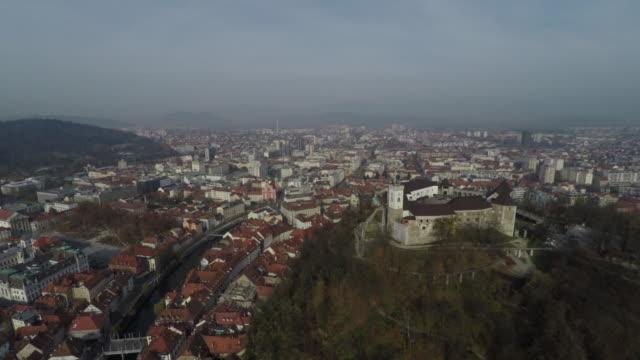 vídeos de stock, filmes e b-roll de vista aérea do castelo de ljubljana e da cidade - eslovênia