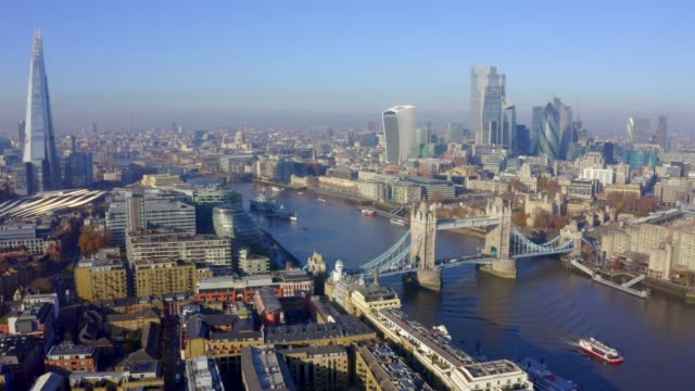 vista aerea di londra sopra il tower bridge. simbolo di londra. - skyline video stock e b–roll