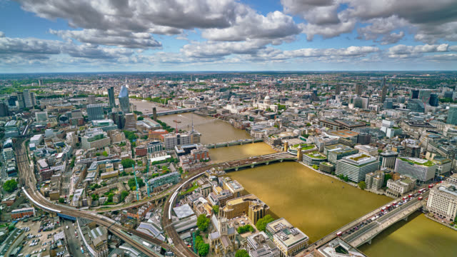 Luftaufnahme von London City. Themse. Geschäftsviertel. Verkehr. Zug. – Video