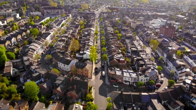 luftaufnahme des londoner vororts am morgen, uk - grundstück stock-videos und b-roll-filmmaterial