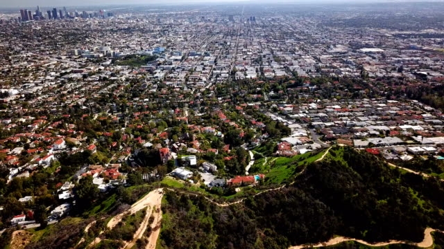 flygfoto över los angeles och hollywood bergen - hollywood sign bildbanksvideor och videomaterial från bakom kulisserna