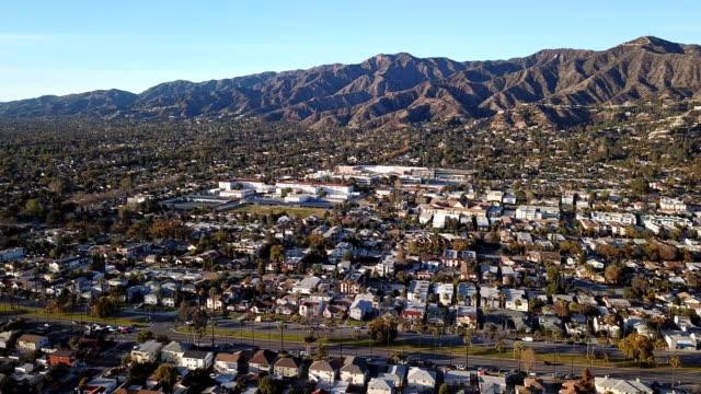 flygfoto över los angeles freeway och glendale med kraftverk - hollywood sign bildbanksvideor och videomaterial från bakom kulisserna
