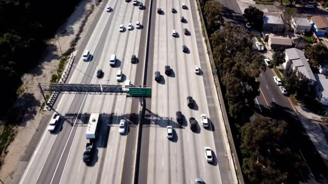 4k flygfoto över los angeles freeway och trafik - hollywood sign bildbanksvideor och videomaterial från bakom kulisserna
