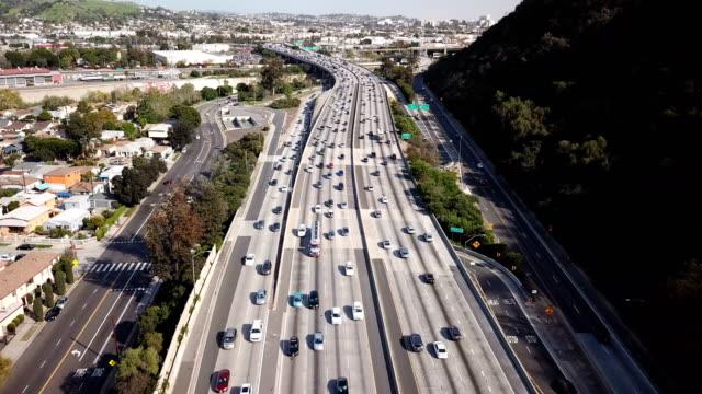 4k vista aerea dell'autostrada e del traffico di los angeles - autostrada a corsie multiple video stock e b–roll