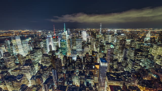 t/l ws antenn utsikt över manhattan skyline på natten / nyc - välstånd bildbanksvideor och videomaterial från bakom kulisserna