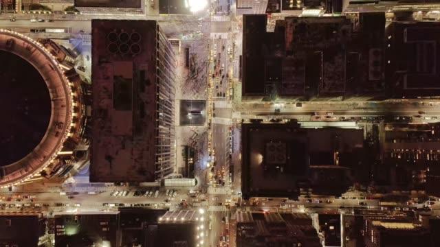 밤에 맨하탄 트래픽의 공중 보기 4k - 무인 항공기 스톡 비디오 및 b-롤 화면