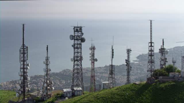 vídeos y material grabado en eventos de stock de vista aérea de varias torres de telecomunicaciones - mástil