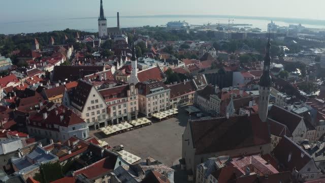 vídeos de stock e filmes b-roll de aerial view of medieval tallinn city in estonia, baltics. - letónia