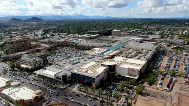 stockvideo's en b-roll-footage met luchtfoto van mega shopping mall in scottsdale - arizona highway signs
