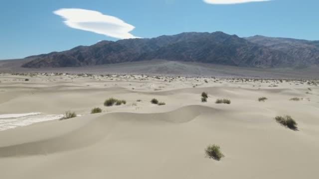 vídeos de stock e filmes b-roll de aerial view of mesquite flat sand dunes at death valley, mojave, california, usa - parque nacional do vale da morte