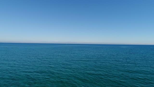 flygbild av meteorology tower i mitten av vackra havet-4k video - barometer bildbanksvideor och videomaterial från bakom kulisserna