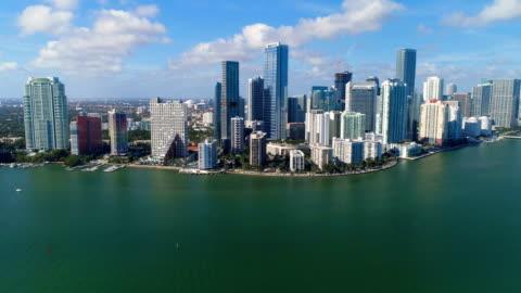 vista aerea dei grattacieli del centro di miami e dello skyline della città, florida - centro della città video stock e b–roll