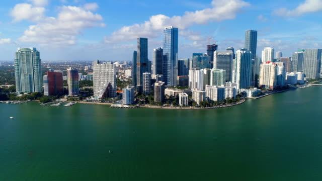 miami downtown gökdelenler ve şehir silüeti, florida havadan görünümü - şehir merkezi stok videoları ve detay görüntü çekimi