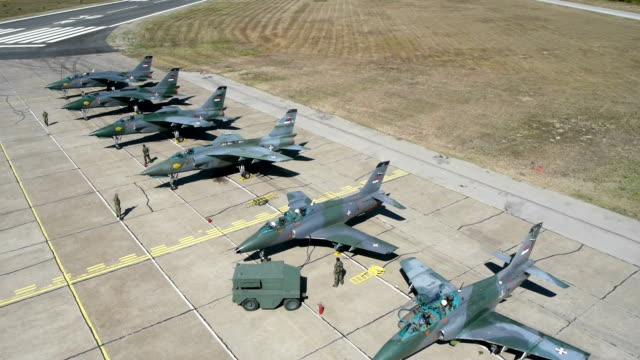 vídeos y material grabado en eventos de stock de vista aérea de las maniobras militares - air force