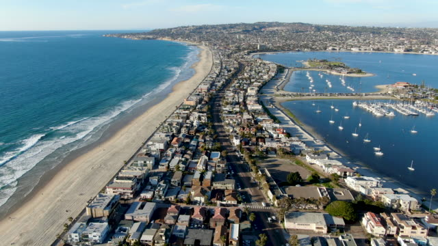 stockvideo's en b-roll-footage met luchtfoto van mission bay & stranden in san diego, californië, usa. - baai