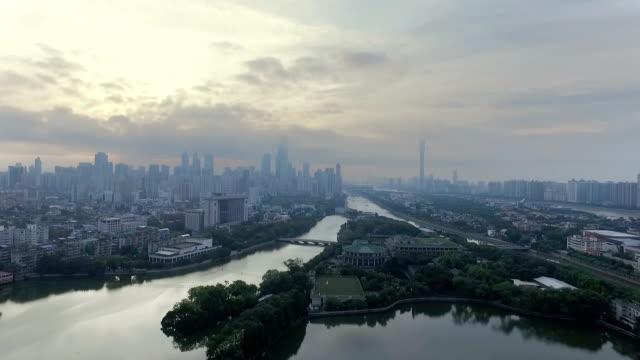 空雲の長い川と近代都市の空撮 - 広東省点の映像素材/bロール
