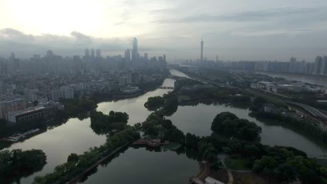 空雲の長い川と近代都市の空撮 - 中国 広州市点の映像素材/bロール