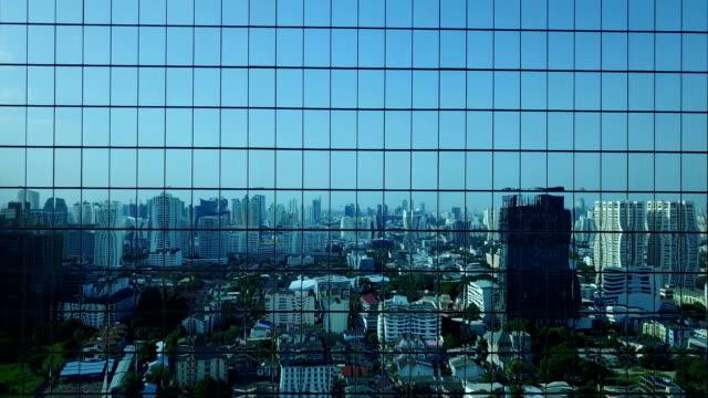 4 k 都市反射ガラス モダンな建物の空中写真 - 建物の正面点の映像素材/bロール