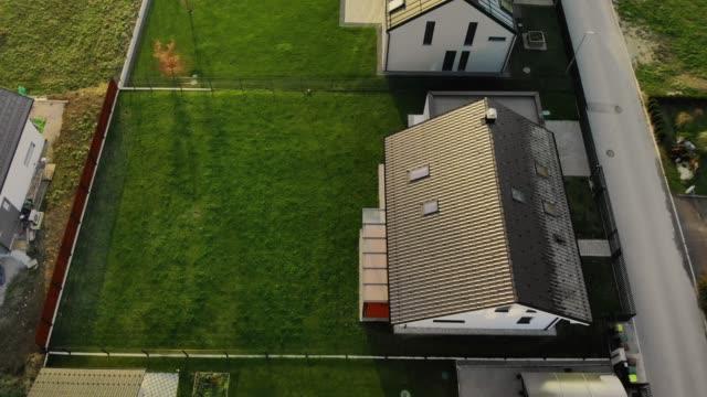 stockvideo's en b-roll-footage met luchtfoto van moderne huizen met grote achtertuin gazons - garden house