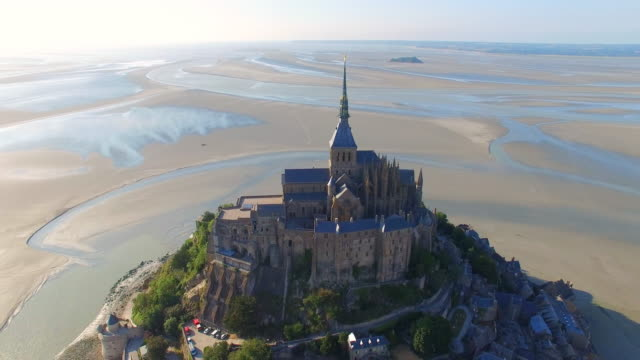 vídeos de stock e filmes b-roll de aerial view of mont saint michel, iconic island and monastery protected by unesco at twilight, normandy, france, 4k uhd - castle