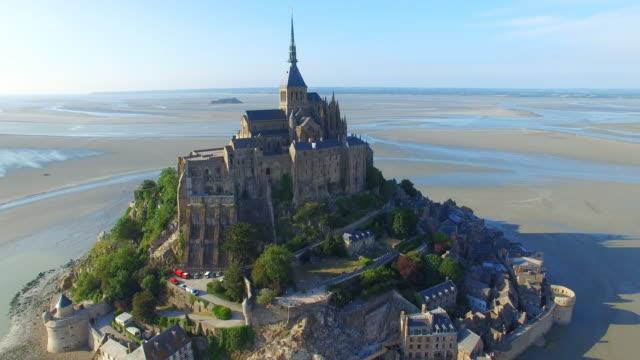 vidéos et rushes de vue aérienne du mont saint michel, l'île emblématique et monastère protégé par l'unesco au crépuscule, normandie, france, 4k uhd - bretagne