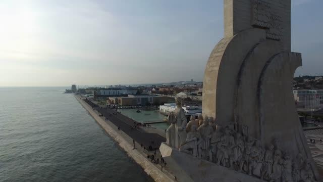 vídeos de stock e filmes b-roll de aerial view of monument to the discoveries, lisbon, portugal - lisboa