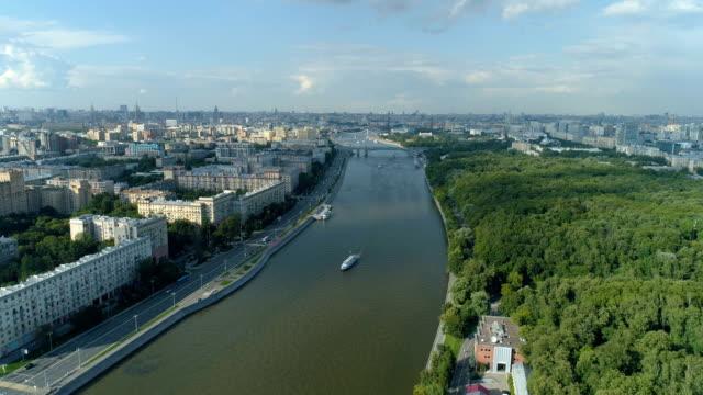 aerial view of moskva river, gorky park and moscow cityscape - rzeka moskwa filmów i materiałów b-roll