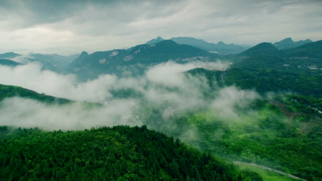 vídeos de stock e filmes b-roll de aerial view of mountain and river at morning,anshun,guizhou,china. - cultura chinesa