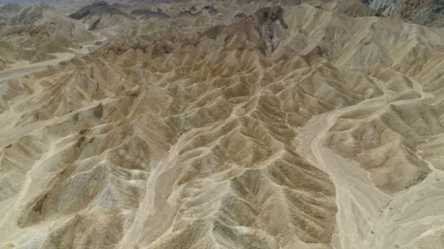 vídeos de stock e filmes b-roll de aerial view of mountain peaks in death valley - great basin