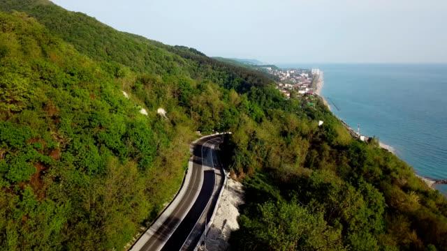 車やトラックと山の曲がりくねった道の空中ビュー。 - 曲線点の映像素材/bロール