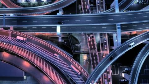 vidéos et rushes de vue aérienne de l'autoroute à voies multiples dans la nuit - paysage urbain