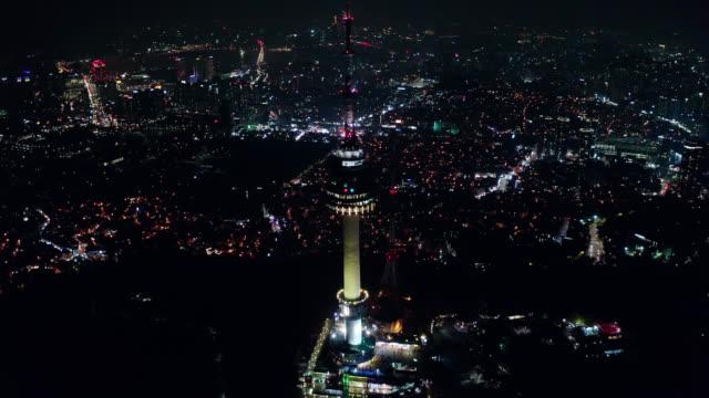 vídeos y material grabado en eventos de stock de vista aérea de la torre n de seúl en el horizonte de la ciudad del centro de seúl con senderos de luz en la montaña namsan por la noche en la ciudad de seúl, corea del sur. - n seoul tower