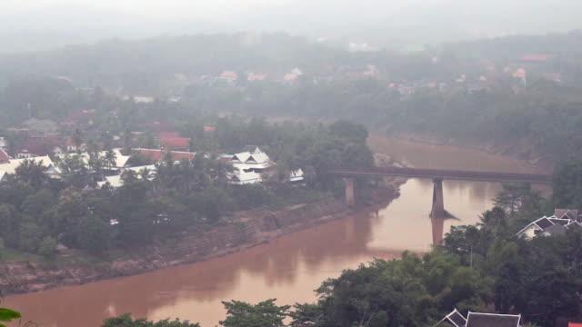 ナムカン川の空中写真, ルアンパバーン, ラオス - 叙情的な内容点の映像素材/bロール