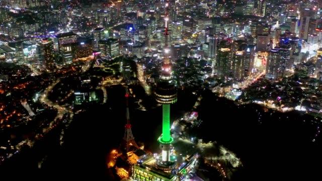 vídeos y material grabado en eventos de stock de vista aérea de la torre de namsan seúl fue el primer turismo de tipo torre en corea por la noche - n seoul tower