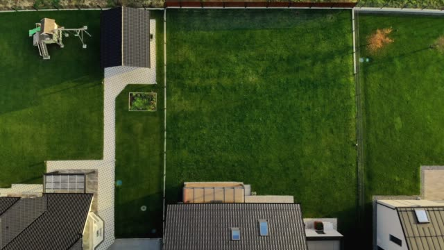 vídeos de stock e filmes b-roll de aerial view of neat backyards of new modern homes - suburbano