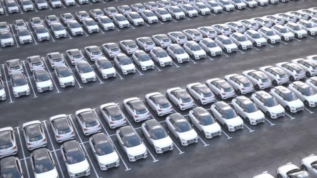 luftaufnahme neuer elektrischer selbstfahrender autos auf riesigem stauparkplatz - elektromobilität stock-videos und b-roll-filmmaterial