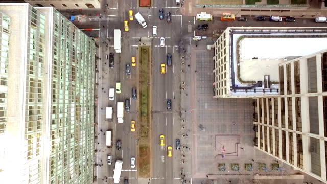 stockvideo's en b-roll-footage met luchtfoto van new york city avenue - stadsweg