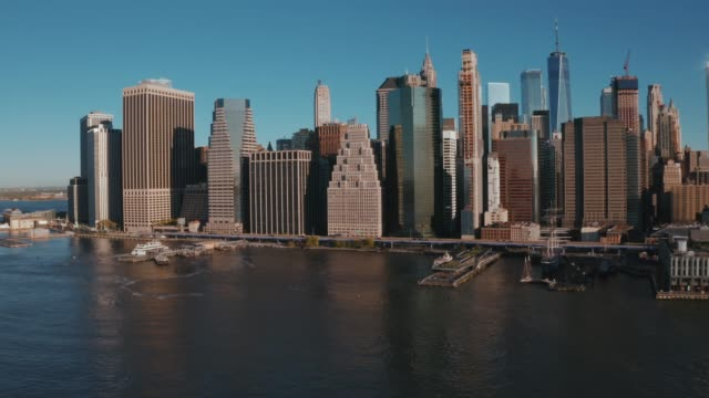 aerial view of new york city skyline - манхэттен стоковые видео и кадры b-roll