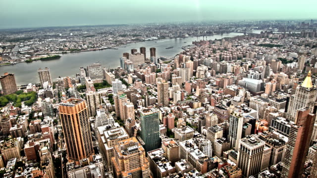 luftaufnahme von new york city mit blick auf die brooklyn - osten stock-videos und b-roll-filmmaterial