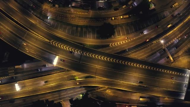 vidéos et rushes de vue aérienne de la nuit de kowloon, lumière dans les rues et l'autoroute - haut