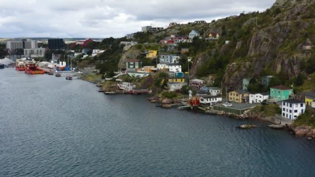 ニューファンドランドの海とタウンハウスの空中写真 - 大西洋点の映像素材/bロール