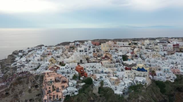 widok z lotu ptaka na oia, santorini, grecja - morze egejskie filmów i materiałów b-roll