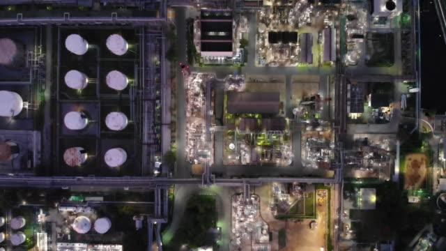 stockvideo's en b-roll-footage met luchtfoto van olieraffinaderij en opslagtank 's nachts - olieraffinaderij