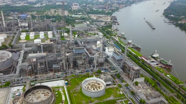 stockvideo's en b-roll-footage met luchtfoto van olie raffinaderij plant - chemische fabriek