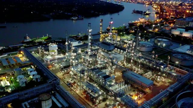 stockvideo's en b-roll-footage met luchtfoto van het 4k van olie raffinaderij plant - raffinaderij