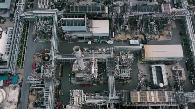 stockvideo's en b-roll-footage met luchtfoto van olie raffinaderij plant - olieraffinaderij