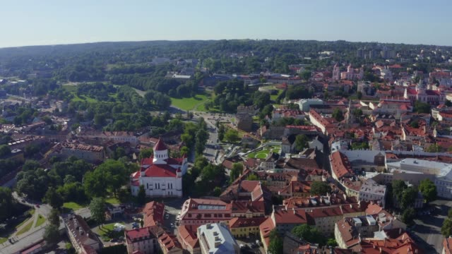 aerial view of old town in vilnius, capital city of lithuania. - lituania video stock e b–roll