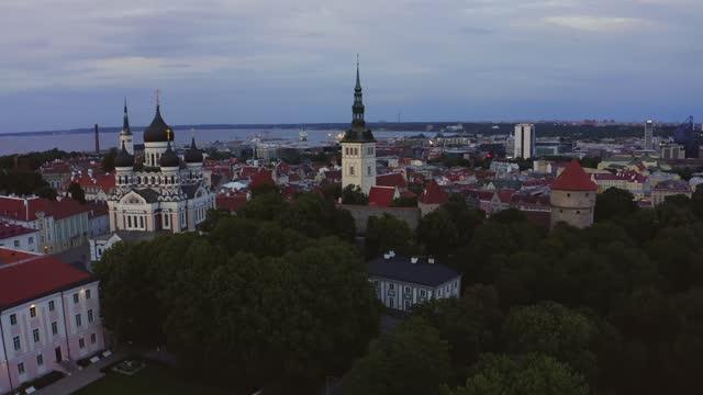 luftaufnahme der altstadt in vilnius hauptstadt litauen - litauen stock-videos und b-roll-filmmaterial
