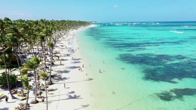 stockvideo's en b-roll-footage met luchtfoto van een van de mooiste tropische caribische stranden in punta cana, dominicaanse republiek, bavaria beach - caraïbische zee