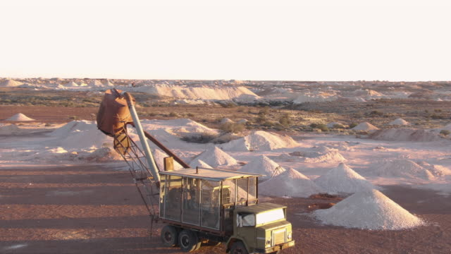 aerial view of opal mining tunnels and vacuum trucks around coober pedy's fields, south australia. - venus filmów i materiałów b-roll